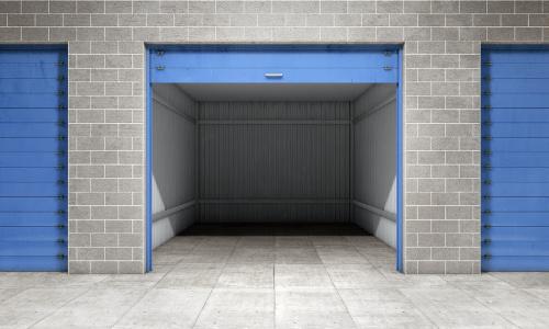 Una unidad de almacenamiento abierta con una puerta azul.