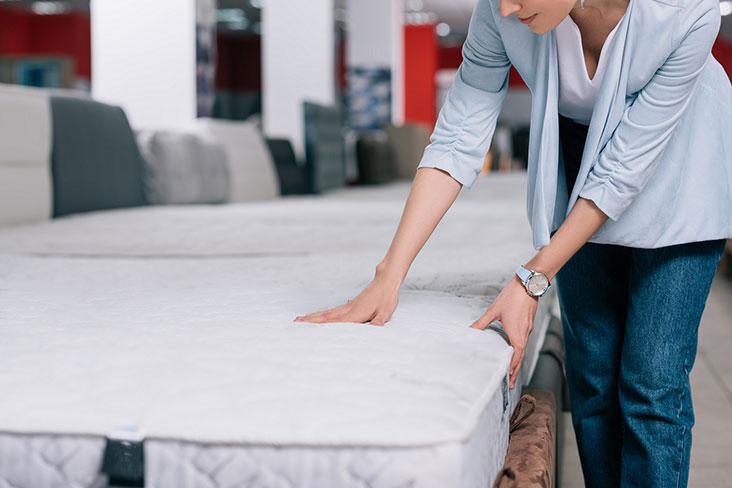 Mujer prepara un colchón para almacenamiento.