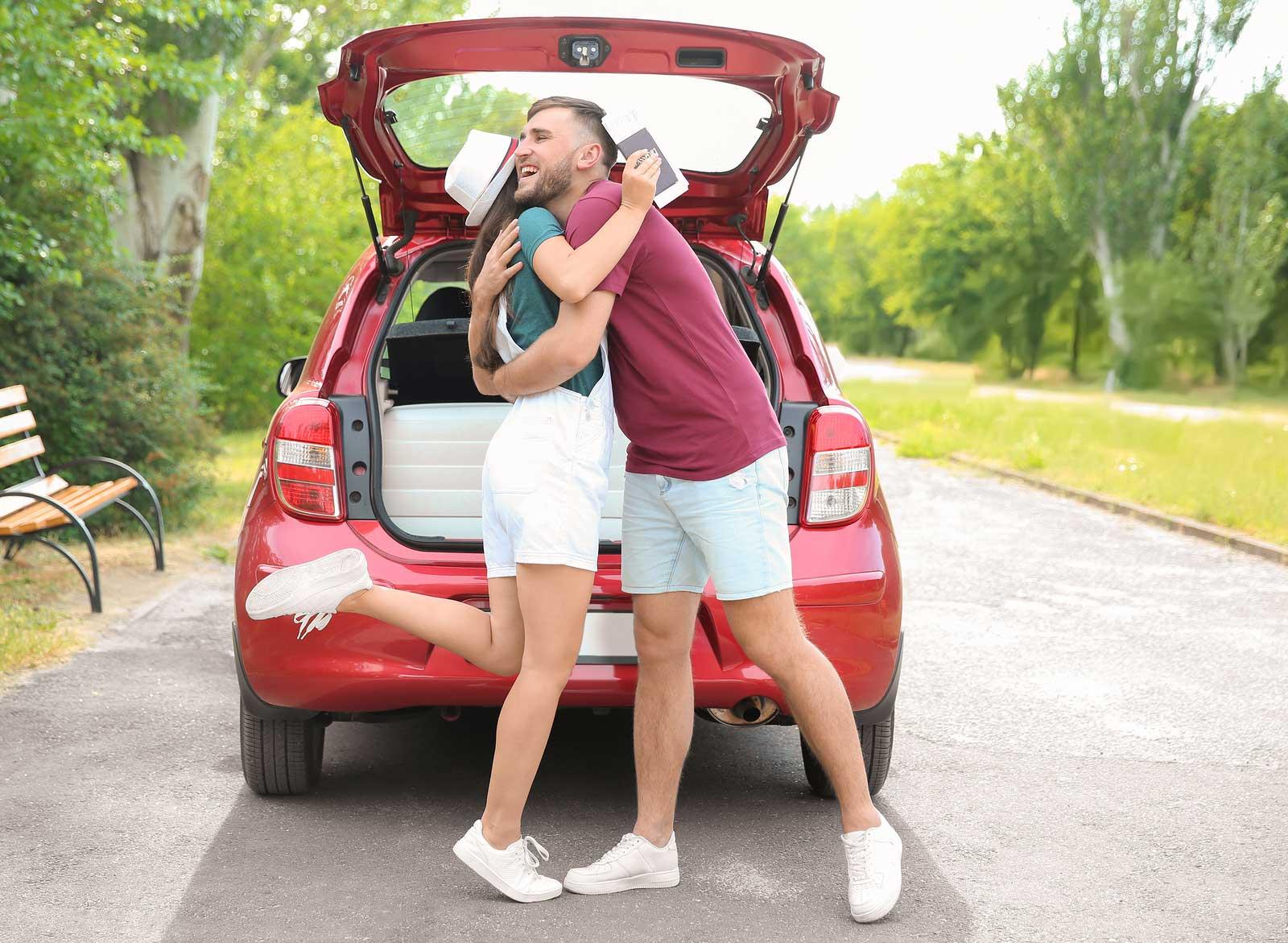 Leur voiture pleine à craquer, des amis de collège se préparent à retourner à l'université.