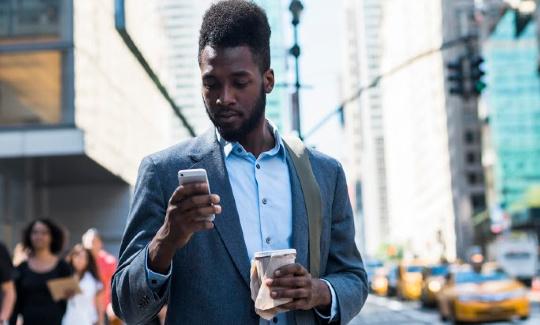 un homme d'affaires regarde son téléphone