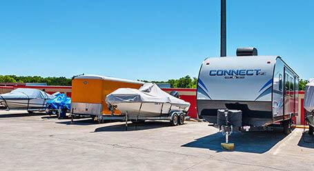 StorageMart en Braun Road en San Antonio Parqueo de barcos y RVs