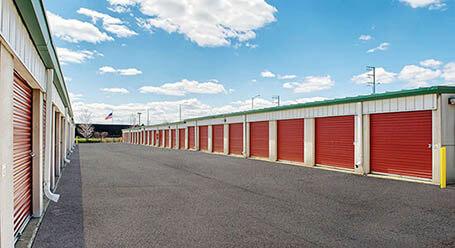 StorageMart en Butterfield Road en Hillside almacenamiento accesible en vehículo
