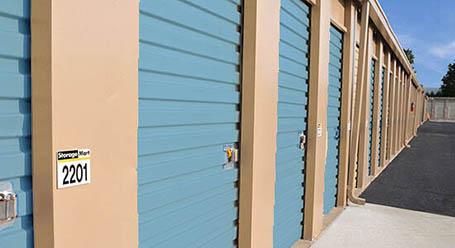 StorageMart en Crown Point Ave en Omaha almacenamiento accesible en vehículo