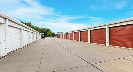 StorageMart en East 14th Street en Des Moines almacenamiento accesible en vehículo