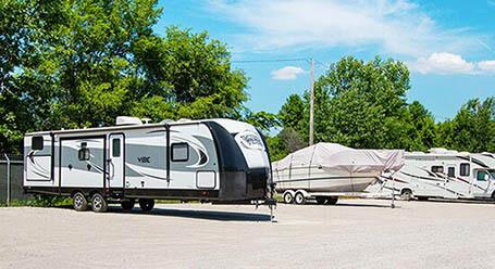 StorageMart en Frontage Road en Merriam Parqueo de barcos y RVs