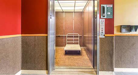 StorageMart en Grand Boulevard en Kansas-City Acceso al elevador