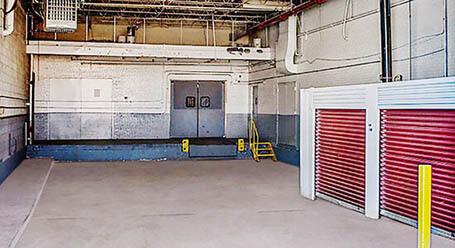 StorageMart en North Church Road en Liberty Zonas de carga cubiertas