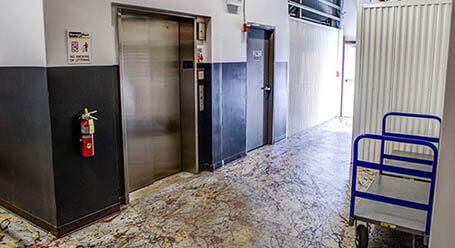 StorageMart en North Eola Road en Aurora Acceso al elevador