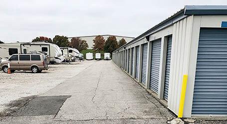 StorageMart en Northeast Jones Industrial Drive en Lees Summit almacenamiento accesible en vehículo