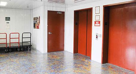 StorageMart en Olmos Drive en San Antonio Acceso al elevador