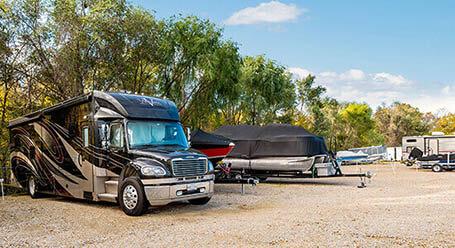 StorageMart en Sapp Brothers Drive en Omaha Parqueo de barcos y RVs