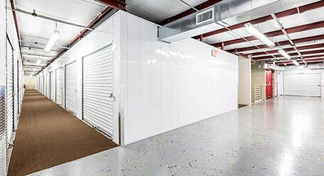 StorageMart en State Highway 169 Service Drive in North Plymouth Zonas de carga cubiertas
