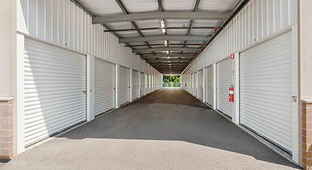 StorageMart en Stoughton Ave en Chaska Zonas de carga con auto