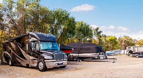 StorageMart en US Highway 40 en Blue Springs Parqueo de barcos y RVs