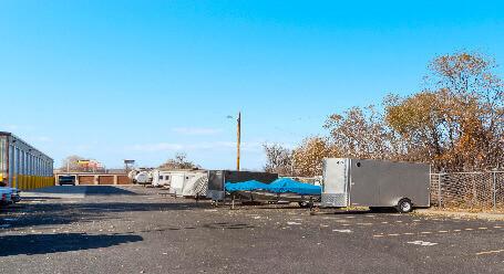 StorageMart en Irvington Rd en Omaha Parqueo de barcos y RVs