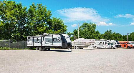 StorageMart en Merle Hay Road en Johnston Parqueo de barcos y RVs