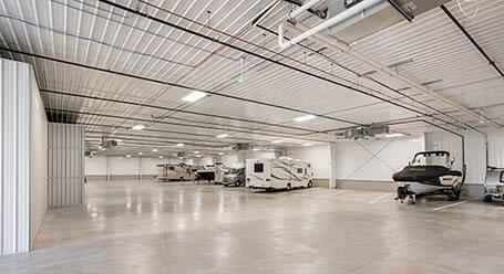 StorageMart en West 135th St en Overland Park Estacionamiento de autos