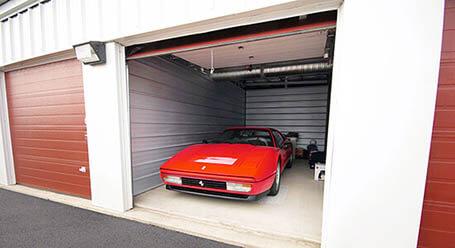 StorageMart en West Dennis Avenue en Olathe Estacionamiento de autos