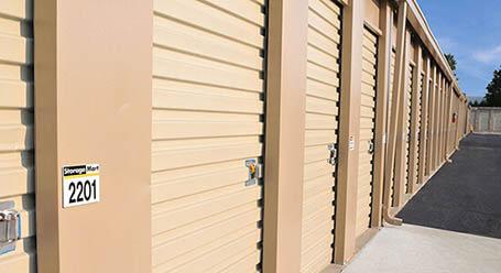 StorageMart en West Dennis Avenue en Olathe almacenamiento accesible en vehículo