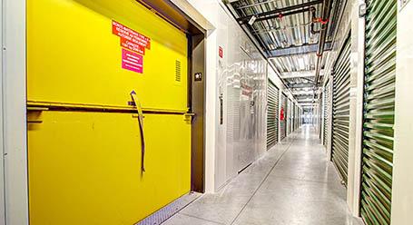StorageMart sur Montee Masson a Laval Larges ascenseurs