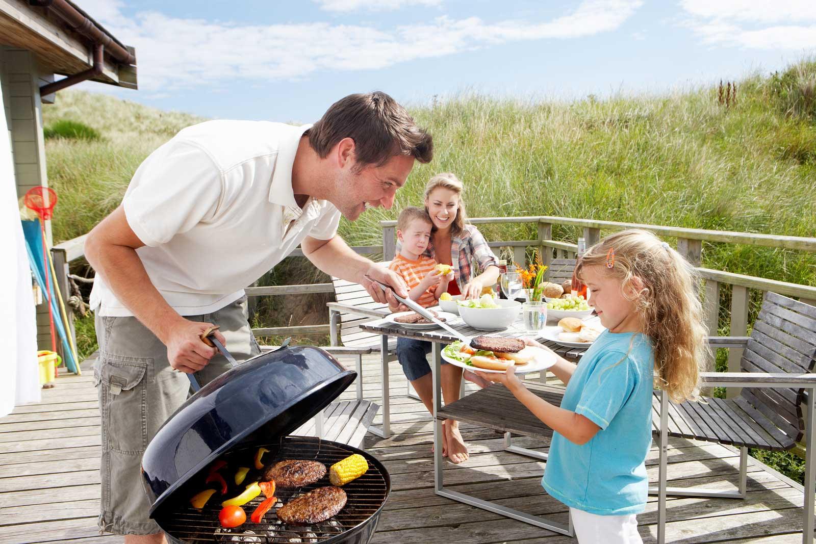 Barbecue au charbon de bois est rangé temporairement sur la véranda des maisons.