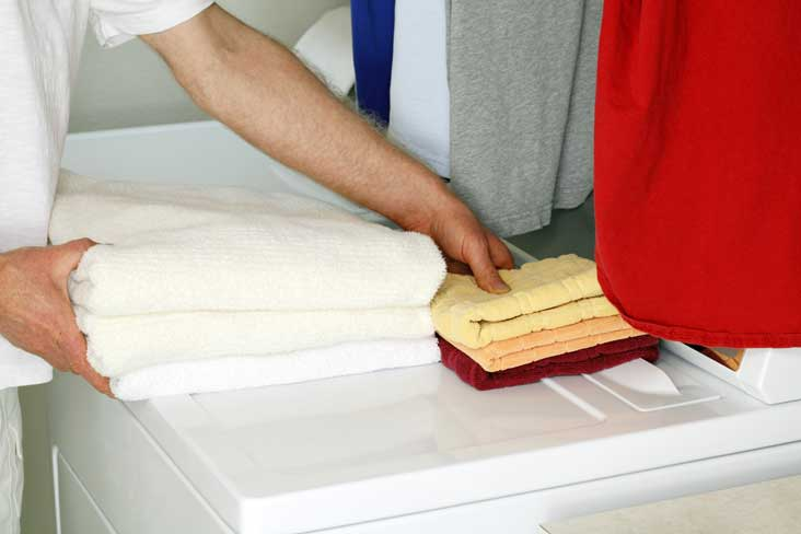 Hombre preparando una secadora para trasladarla al almacenamiento.