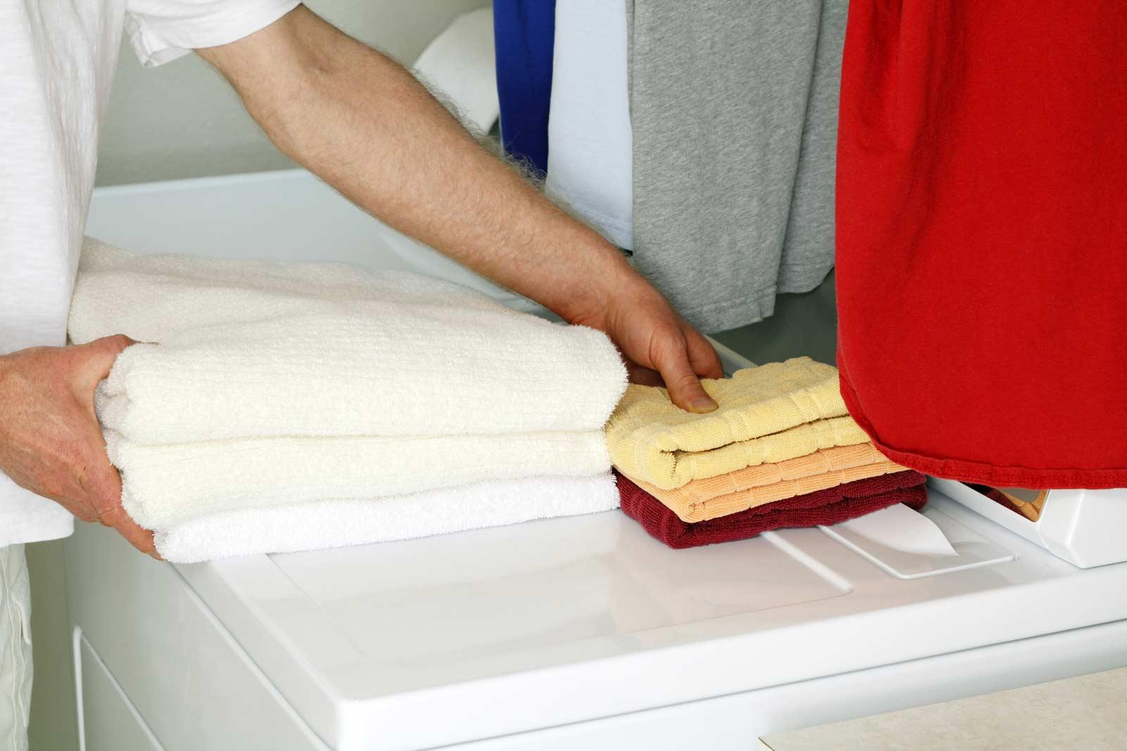 Un homme prépare une sécheuse en vue de la déménager dans un mini-entrepôt.