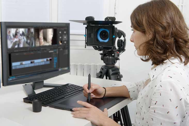 Mujer opera equipos de video y electrónicos antes de almacenarlos.