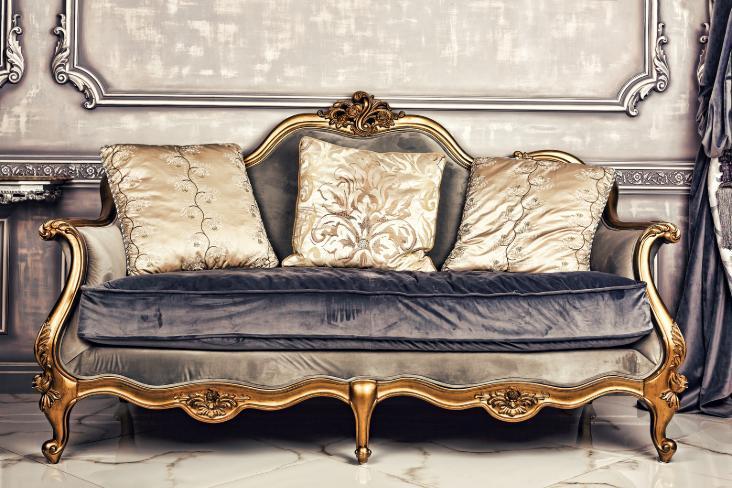 Un divan antique prêt à être mis en entreposage