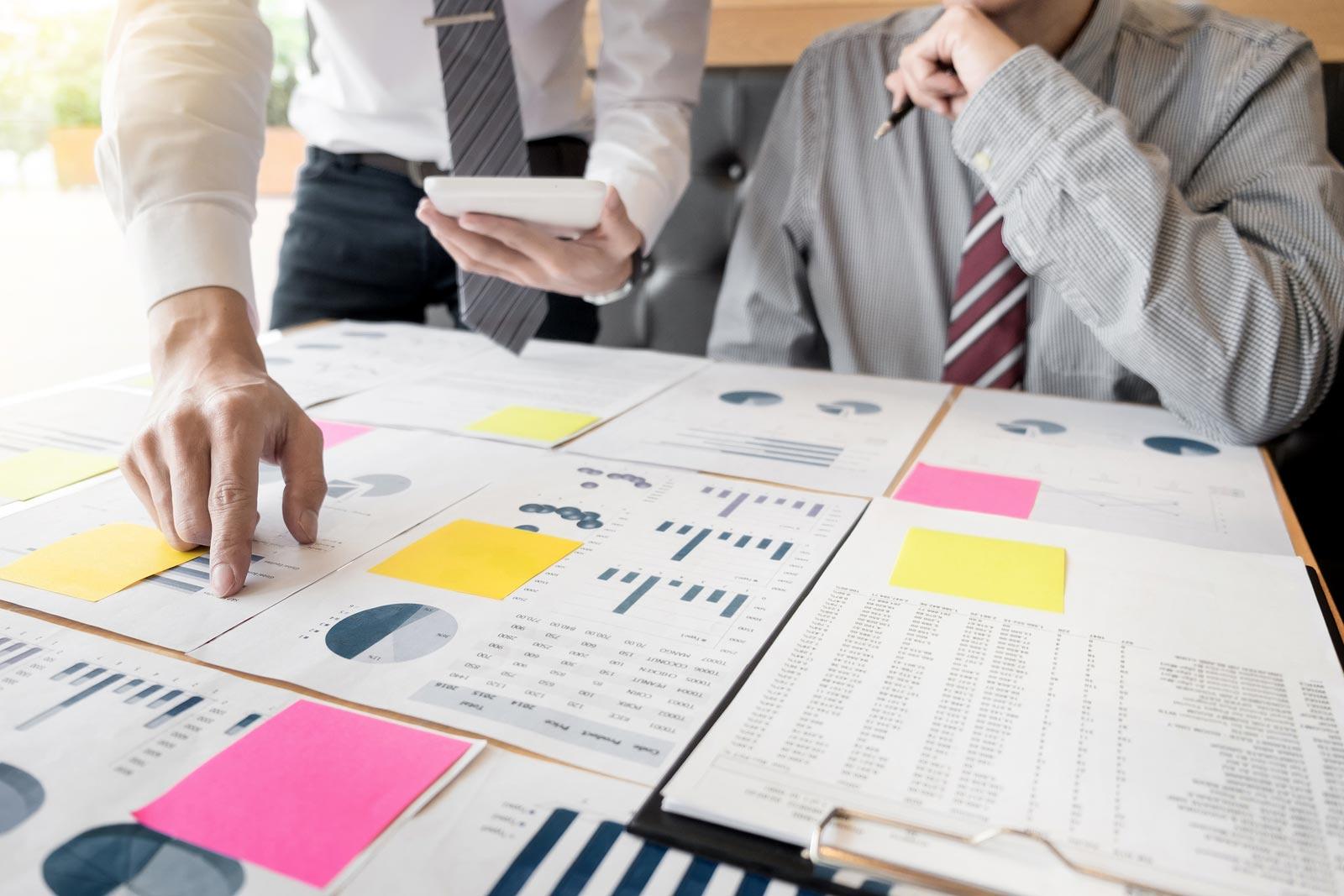 Des hommes d'affaires revoient des documents importants avant de les mettre en boîte pour le mini-entrepôt.