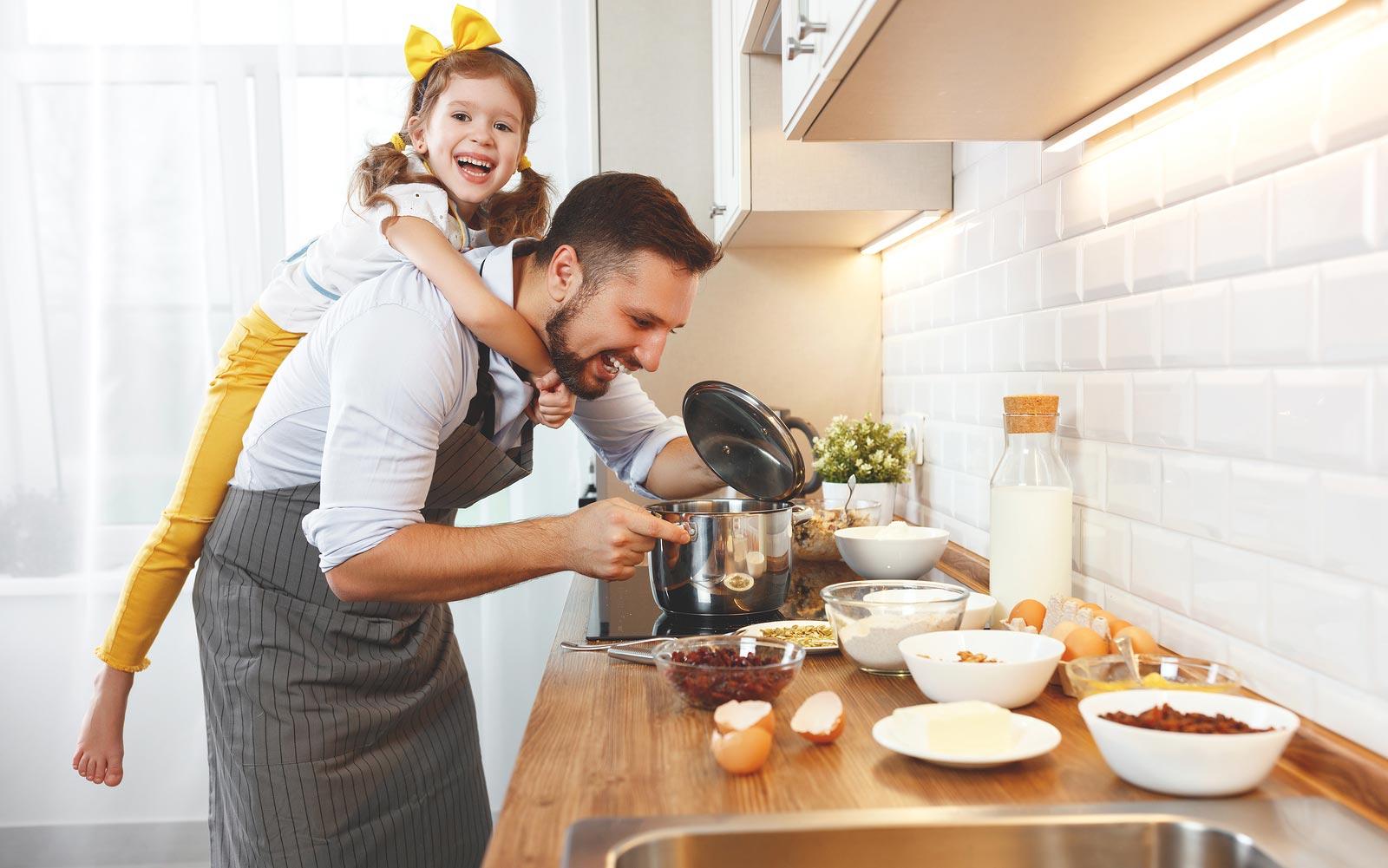Une famille fait la cuisine avec des outils de cuisine avant de les entreposer.