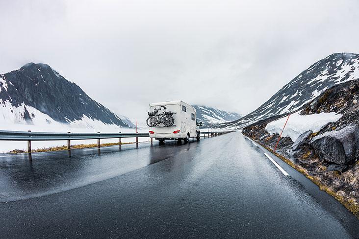 Un RV conduciendo por la carretera